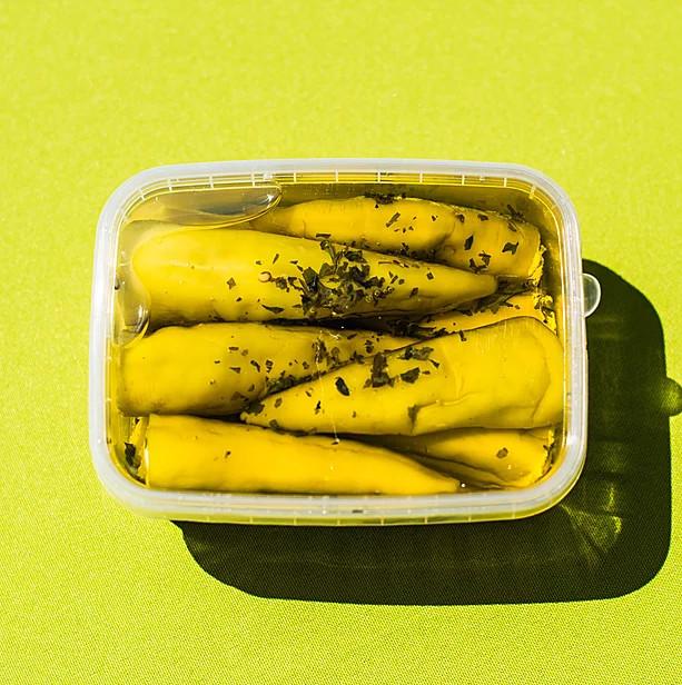 Sajttal töltött sárga paprika fűszeres olajban
