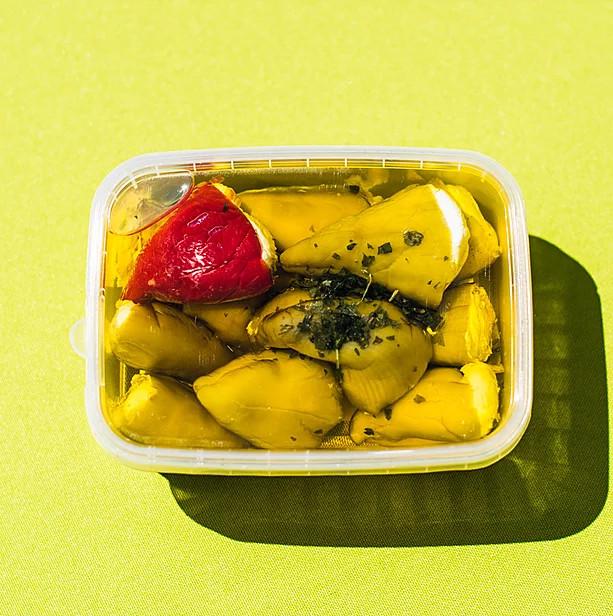 Sajttal töltött sárga csípős paprika fűszeres olajban